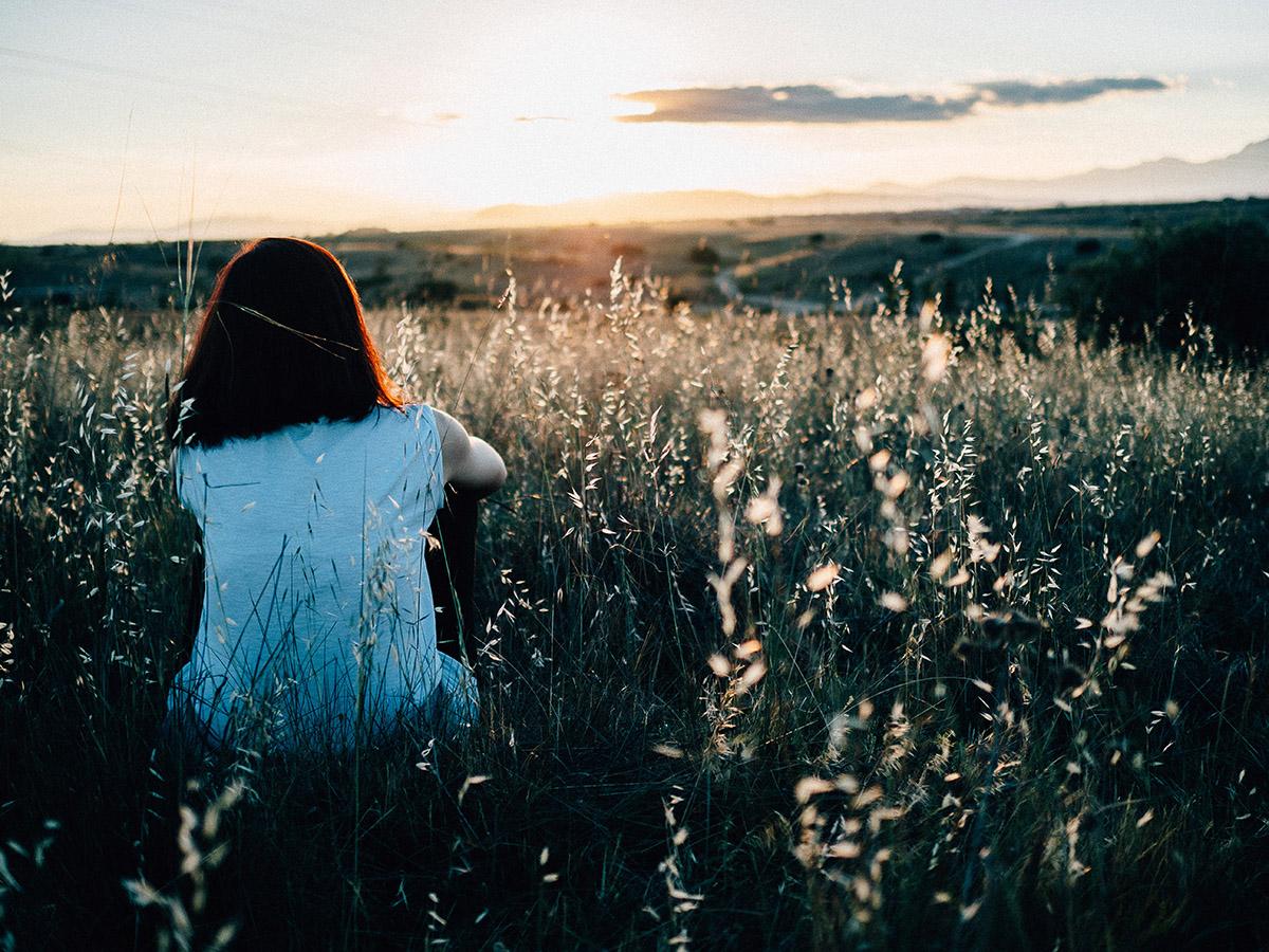 dziewczyna, łąka, słońce